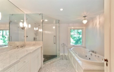white-en-suite-bathroom